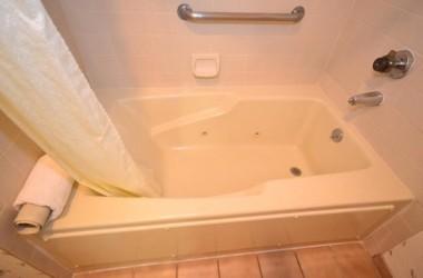 comfort-inn-suites-lax-airport-whirlpool-tub